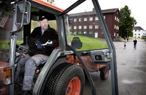 Vaktmästaren Leif Andersson har jobbat på folkhögskolan sedan 1981. Att han nu hotas av uppsägning tar han med ro.