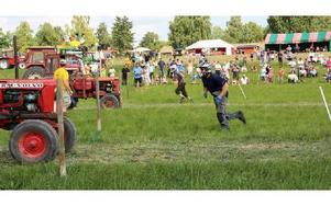 Final, efter starten rusar förarna mot traktorerna. Tomas Westholm i mörk tröja och Krister Westholm i grå. Foto: Eva Högkvist