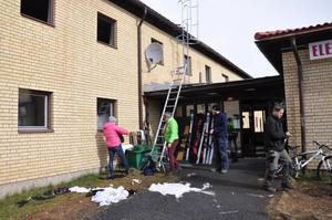 Rektor Kicki Wedin (i grön jacka) och Lena Eriksson (i rosa jacka) från Åre gymnasieskola tar reda på utslängda kläder utanför elevhemmet.