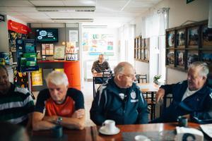 Per-Anders Frisk sitter vid ett bord en bit bort och har bra koll på både sportresultat och Söderhamns kuriosa.