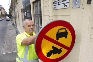 Skyltgubbe i arbete. Ingvar Johansson kallar sig själv skyltgubbe, och han är stans enda. På torsdagen böt han ut