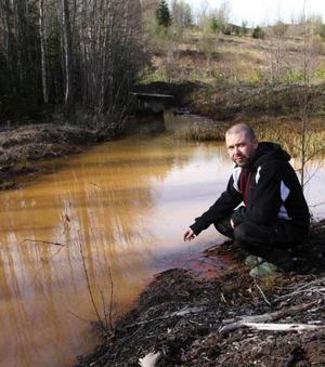 – Det här giftiga vattnet rinner rakt ut i Indalsälven. Man kan ju undra hur djur och natur påverkas, säger Jörgen Blom.