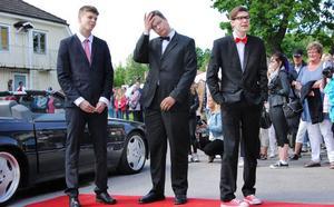 Filip Lindh, Elias Rens och Elon Svärdhagen hämtar andan inför entrén.