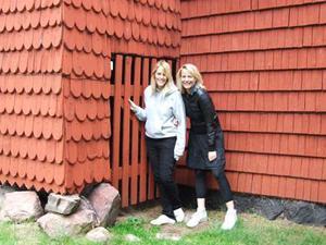 Ville passa på. Mari Dahlén och Karolina Blom på Lunarstorm for på en guidad tur i Borlänge under Peace & Love, för att se lite av staden. Här är de vid Ornässtugans dass och kikar på Gustav Wasas flyktväg.