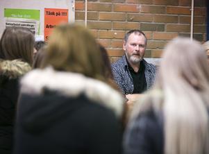 Plåtläraren Mikael Åström berättar att plåtslagare är ett bristyrke och chansen att få jobb är stor efter avslutat utbilning.