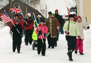 Varje dag är det OS-invigning med aktiviteter som flaggmålning och tunnbrödsbak.Foto: Anton Enerlöv