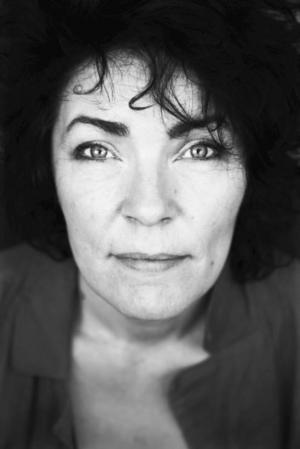 Sjunger på svenska. Stina Berge är sångerskan som debuterade efter 40. I morgon kan man höra henne på Rock mot rasism.