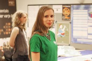 Hanna Wagenius på plats sin gamla gymnasieskola för starten av CUF:s inlandsturné i veckan.