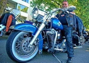 Vägens kung. Jan-Olof Aronsson på sin Harley-Davidson Road King.