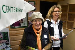 Centerpartiets meste valarbetare Margareta Persson och toppkandidaten Lena Reyier-Ingman kampanjar vid valstugan. Foto:Johan Larsson