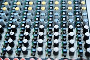 Alla mixerbord ser likadana ut. –Lär du dig grunderna för ett, kan du hantera nästan alla, säger Erik Lycke.