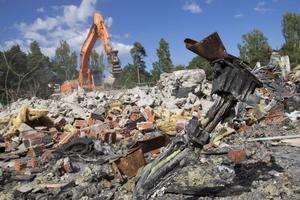 Grävmaskinen går från morgon till kväll vid det som en gång var Ljusnes idrottshall.