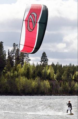 Simon Jaktlund i Östersund är kite-instruktör. I landet finns cirka 1000 personer som sysslar med kiting, i länet finns 10-15 entusiaster.