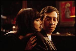"""Kopian. I """"Gainsbourg – Ett legendariskt liv"""" spelas huvudpersonen av den mycket porträttlike Eric Elmosnino. Här               tillsammans med Anna Mouglalis som Juliette Gréco. Foto: Jérôme Brézillon"""