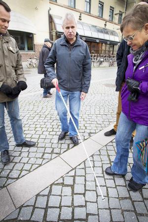Så funkar en vit käpp. Politikerna Per-Åke Fredriksson, FP, och Marita Engström, V, får en snabblektion innan de ger sig ut i trafiken med ögonbindel.