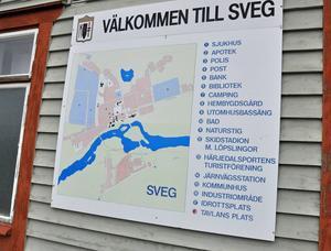 På järnvägsstationens vägg finns en informationstavla där alla välkomnas till Sveg. Viss uppdatering skulle krävas för polisstationen finns enligt tavlan fortfarande kvar i Medborgarhuset och Sveg är fortfarande begåvat med en utomhusbassäng.