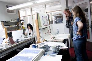 Suzanna Asp får råd från Kenneth Stenholm som arbetar på stentryckeriet i Vikmanshyttan.
