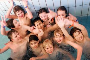 Det är roligt att bada. Men ännu roligare när man är många och det är trångt, tycker elever från klass 6 röd på Parkskolan.  Foto: Håkan Luthman