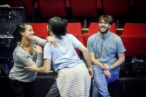 Koreografen Marcos Morau hade ett roligt första möte med Norrdans dansare på repetitionslokalen Fyren i Härnösand.