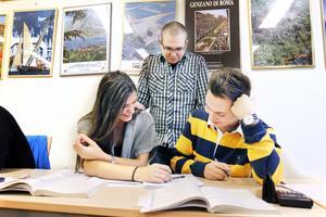 MATTEVERKSTAD. Marcus Alvarsson är en av fyra volontärer som på sin fritid hjälper Gävle elever till bättre betyg i matematik. Här undervisar han ekonomistudenterna Hedda Barrander och Sebastian Fredberg som går i trean på Borgarskolan.