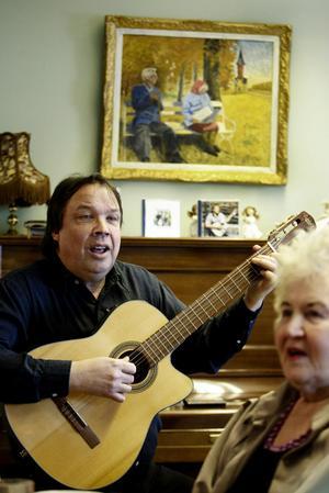 I 40 år har Lars-Åke Melin varit en missionär för den svenska visan, den som berättar vår historia och våra erfarenheter. Och han fortsätter åka runt med sin gitarr och 300 visor.