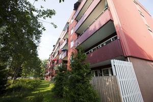 Polisen försöker nu få klarhet i vad som hände när en 18-åring föll ner från en balkong på tredje våningen i Andersberg på fredagskvällen.