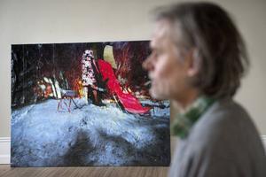 I flera av de verk som konstnären Max Book nu ställer ut på Waldemarsudde i Stockholm syns både barr och löv. Det beror på att han ibland låter dukarna ligga ute i skogen efter att han målat färdigt.