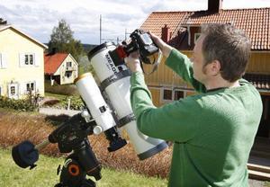 """""""Nu är ju inte Frösön det bästa stället att plåta rymden ifrån. Jag åker helst till Andersön eller till en grusgrop i Kläppe,"""" säger Göran Strand.Foto: Jan Andersson"""