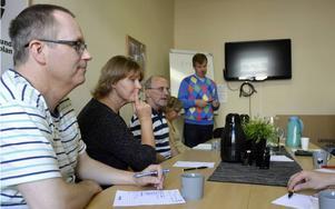 Prästen Tomas Jönsson, längst bort, pratade om olika val i livet på jobbsökargruppens senaste möte. Fr v  Anders Sjölander, Olga Olofsson, gruppledaren Klas Hägglund och Jeanette Wallgren.