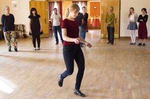 Anna Öberg visar hur deltagarna ska göra.
