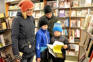 Julklappsjakt i bokdjungeln. Det ägnade sig familjen Hellström från Lindesberg åt under måndagsförmiddagen.