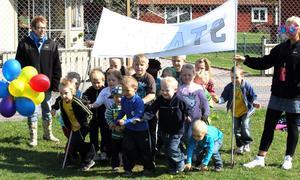 KLARA, FÄRDIGA, GÅ. Barnen på Pinnhagens förskola i Sandviken firade förskolans dag med springlopp och alla var ivriga att komma iväg i starten.