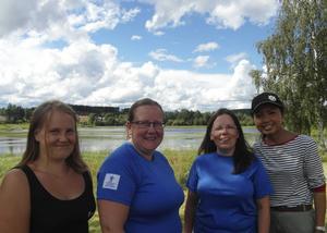 Emma Brännström, Madelene Byström, Rose-Marie Karlsson och Maya Suwannarat Lidström vid Tjärnstugan i Bredbyn med Bredbytjärnen i bakgrunden.