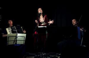 Klezmer är en del av det judiska arvet: pumpande, glödande, fartfylld och vemodig musik. I går besökte Semmy Stahlhammer och hans spelvänner Miriam Oldenburg, dragspel, och Nina Åkerblom-Nielsen, sång, Almamia lilla scen med sin medryckande och välspelade musik.