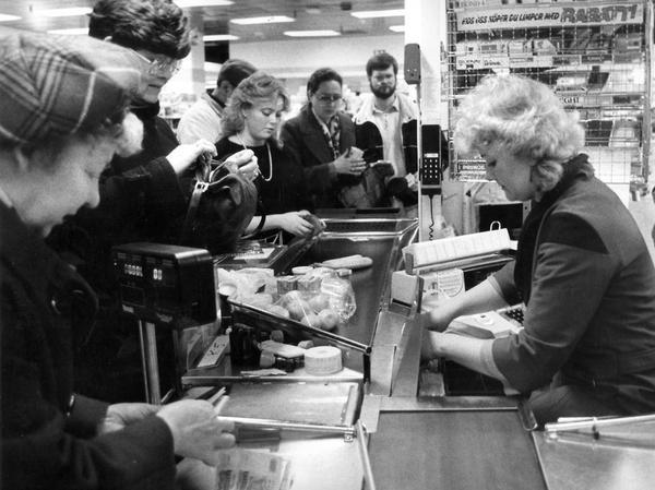 1984 - i kontanternas tid. Här vid kassan i Ica-butiken på bottenplan i Sigma.