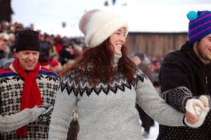 Idel glada miner bland både dansare och gäster på Röros marknad.