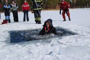 Premiärdopp. David Bergman var först i vattnet.