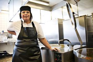 Kokerskan Hildur Keller är en av 123 anställda inom Matproduktion. Hon tycker att det är bra att Matutredningen gjorts.I köket på Parkskolan i Östersund tillagas i dag cirka 1 000 lunchportioner varje dag under läsåret.