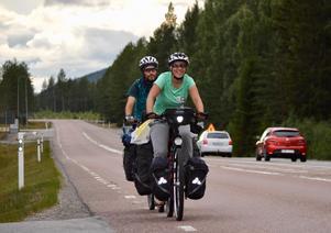 Sara Moreno och Miguel Alonso lämnar Ljusdal på sin cykelresa genom Europa. På resan passar de på att couchsurfa så mycket de kan för att slippa tältnätter.Foto: Anders Forselius