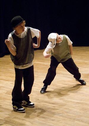 Ewa Mäkitalo säger att ibland är det lite motstånd bland killar att dansa, men när de väl börjar dansa tycker de att det är jätteroligt.