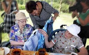 Flera äldre damer från Gruvrisgården blev glada över att få gratis klänningar.FOTO: STAFFAN BJÖRKLUND