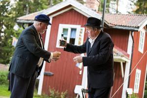 Henning (Lars B. Andersson) och Los-Oskar (Tommy Söderlind) delar på en liten konjak.