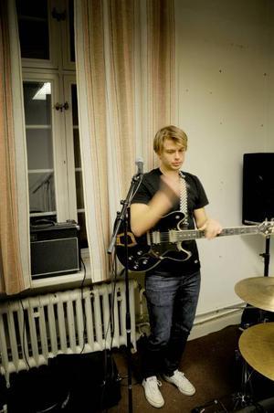 Gabriel Röhdin sjunger och spelar kompgitarr. Hittills är det han som skrivit låtarna.