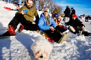 Marianne Gunneriusson tog med fika till sonen Håkan och hans familj i Badhusparken, Kinna och barnen Saga och Axel. Hunden Olga är också med och njuter av solskenet.