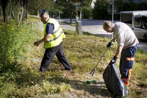 Bengt Sund, till vänster, och Tore Fredin får rycka ut när kommunen får tips om nedskräpningar i Hudiksvall.