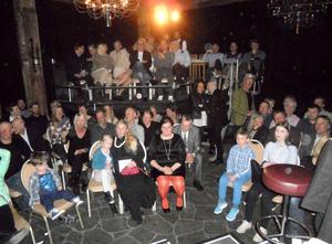 Ungefär hundra personer trollbands i Åre Bageri.