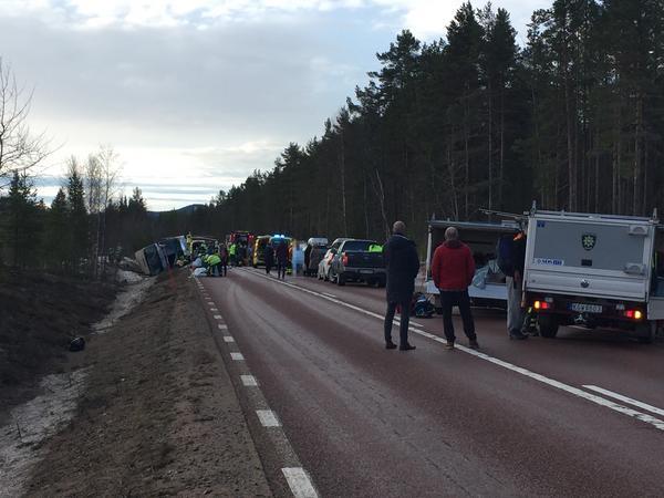 Många skadade vid en bussolycka söder om Sveg.