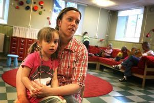 Förskolläraren Matilda Hinders säger att man som förälder inte behöver ha dåligt samvete för att lämna barnen på dagis på sommaren. Edith Lindström tycker att det finns mycket att hitta på.