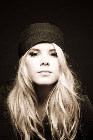 """12. IslandArtist: YohannaBidrag: """"Is it true""""Röstningsnummer: Tel 099-430 12, sms:a 12 till 72211Kommentar: Blott 18-åriga danskfödda Yohanna sjunger en finstämd men rätt trist ballad om sån där kärlek och sånt där."""