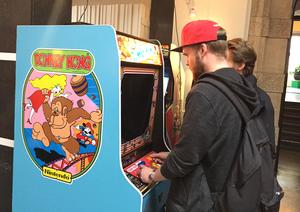 Johan Engström spelar Donkey Kong, där en mycket tidig Super Mario dyker upp.